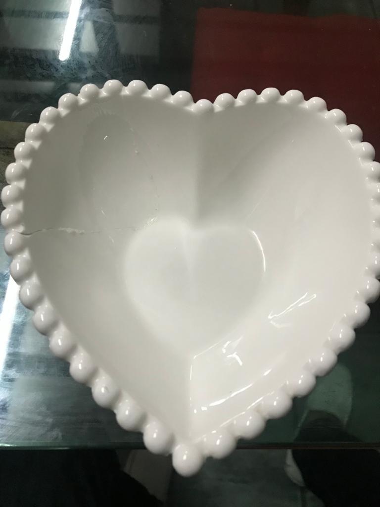 porcelana em formato de coração partido remendado